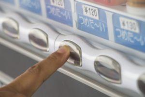 自販機のボタンを押す写真