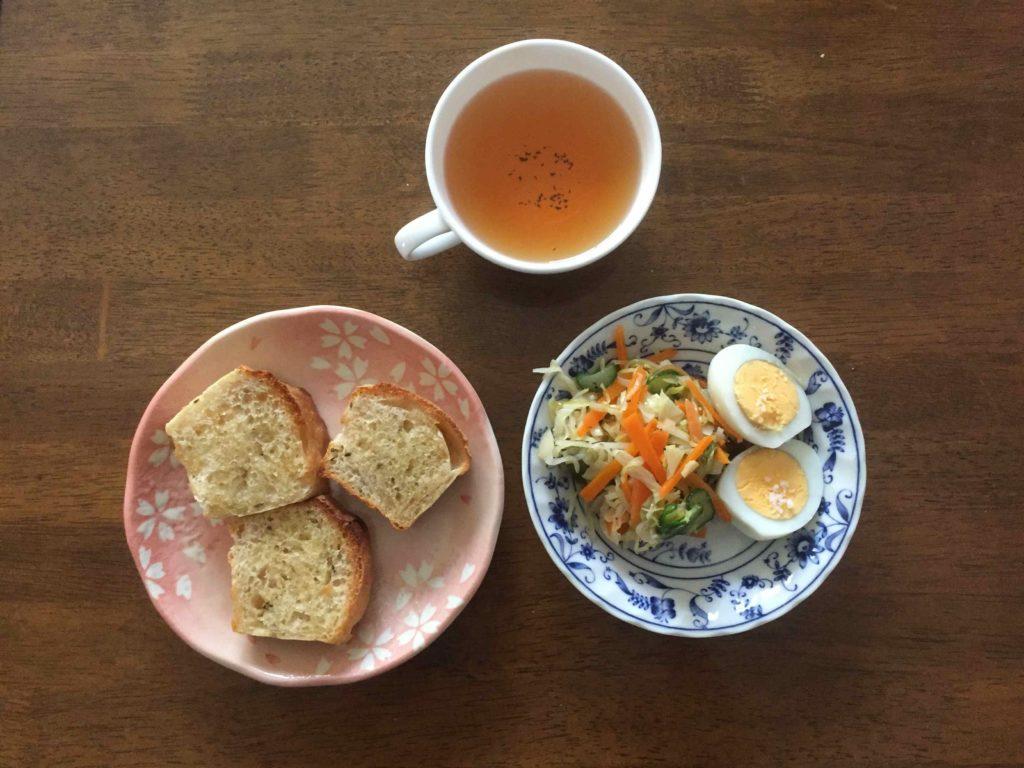 朝食のパンとサラダと紅茶の写真